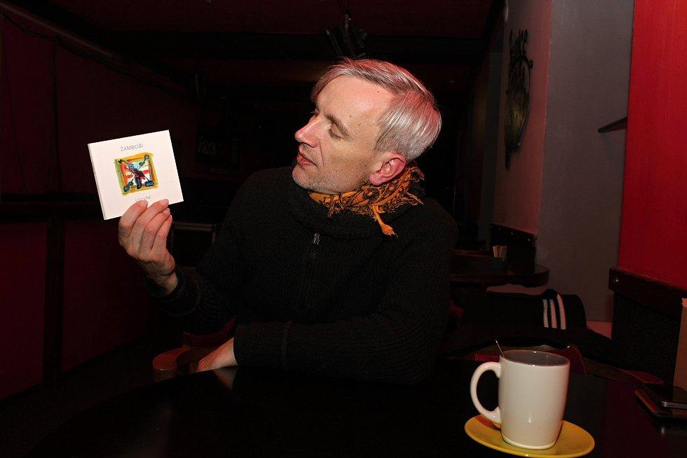 Jan Žamboch, hudebník, textař, kytarista, člen skupiny Žamboši s novým albem, kterému dali název Louvre.