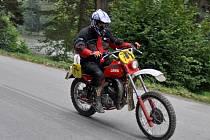 Účastníci závodu historických motocyklu Jawa nazvaného Ve stopě zlínské šestidenní projíždějí v sobotu 20. září 2014 kolem lačnovských rybníků na Hornolidečsku