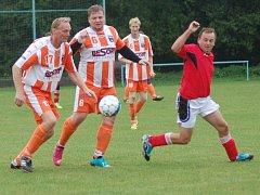 Fotbalisté Polic (oranžovobílé dresy) doma prohráli s Ratiboří B 1:4.