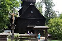 Kostel sv. Anny v Dřevěném městečku Valašského muzea v přírodě v Rožnově pod Radhoštěm se od dubna 2018 rekonstruuje. Až do října proto bude pro veřejnost uzavřený. .