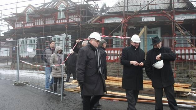 Ministr kultury s doprovodem na obhlídce Libušína.