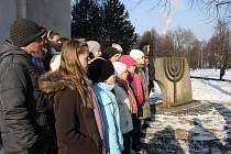 U pomníku obětem holocaustu se v pátek dopoledne sešlo asi třicet lidí, aby zde uctili památku židovskách obětí.