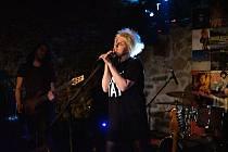 Písničkářka Mucha koncertuje s kapelou v meziříčském M-klubu v roce 2019.