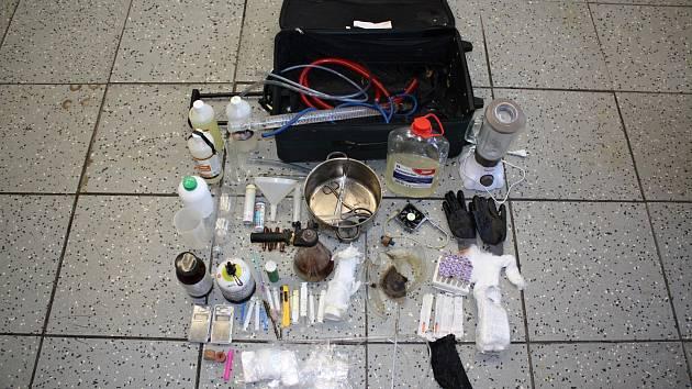 Vybavení varny pervitinu, které kriminalisté nalezli u dvojice mužů ve vsetínském hotelu.