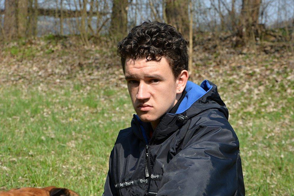 Psi nemohli v době pandemie na cvičáky. Chybí jim socializace. Na snímku člen Kynologického klubu Ratiboř Tomáš Václavík.