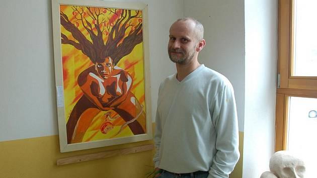 Výtvarník Martin Chrust Hába vystavuje na tři desítky svých obrazů v prostorách Koordinačního a integračního centra (KIC) ve Vsetíně.