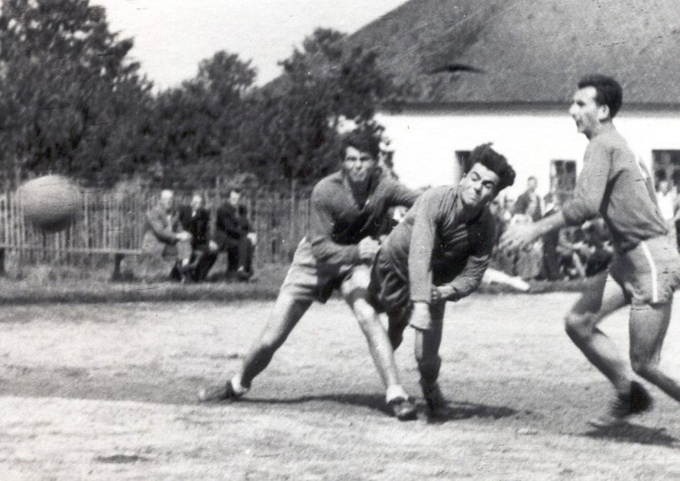 Veselané jezdili do Zubří hrávat českou házenou v padesátých letech v dresech Lokomotivy, jejich nástupci obléknou na červnovém Světovém dnu házené barvy výběru Slovácka.