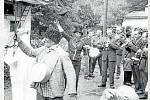 VODĚNÍ BARANA.Dvůr u Galetků (Galetka Jan dolní), hudba Hověžanka, která podle posledních objevů doprovázela vodění barana v Janové již v dobách lovců mamutů, vodič barana Fojt Bohuslav.