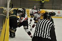 První semifinálové utkání II. ligy ledního hokeje mezi domácím VHK Vsetín a Technikou Brno na zimním stadionu Na Lapači ve Vsetíně.