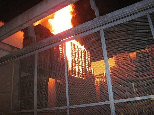 Požár palet ve skladu prodejny v Masarykově ulici ve Valašském Meziříčí; čtvrtek 24. listopadu 2016