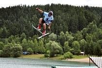 Lyžaři trénují triky na rampách ve sportovním areálu BigAir u Balatonu v Novém Hrozenkově.