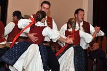 Valašský folklorní soubor Meziříčan z Valašského Meziříčí vystupuje na slavnostním večeru u příležitosti 40. výročí vzniku souboru.