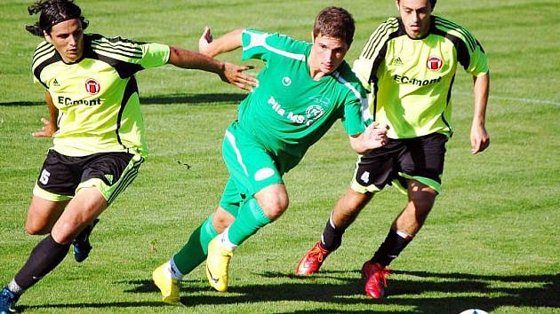 Mladý útočník FC Velké Karlovice+Karolinka Petr Starec (zelený dres) v zápase proti Spytihněvi (3:3) sice branku nedal, ale vybojoval pokutový kop.