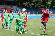 Na vsetínské Tyršovce se hrál v neděli dopoledne výborný fotbal, který neměl vítěze. Vsetínské béčko (tmavší dresy) remízovalo s FC Velké Karlovice+Karolinka 2:2.