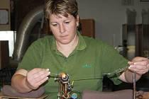 Šestatřicetiletá Irena Leskovjanová, vyrábí baňky v Irise už téměř dvacet let.