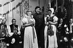 Karel Gott při natáčení pro televizi NSR Pohlednice z Moravy v roce 1976. Filmovalo se v hospodě rodiny Parákových v Křenovicích u Kojetína.