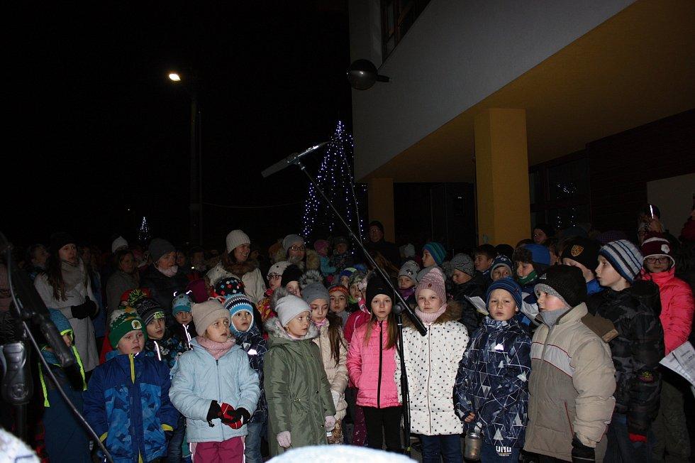 Tradičním účastníkem zpěvu koled s Deníkem je i Lidečko. I tady po odzpívání koled rozsvítili obecní vánoční strom.