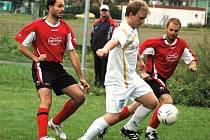 Fotbalisté Poličné (v bílém) v tomto utkání 1. B třídy porazili doma Valašskou Bystřici 4:3.