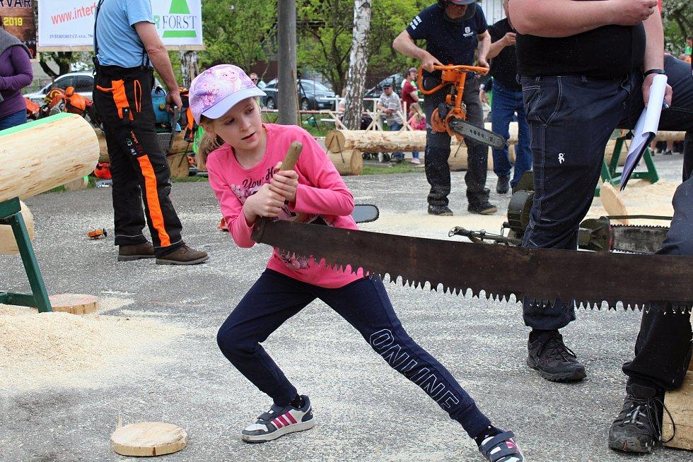 Na soutěž Prlovský drvař se v sobotu 11. května sjelo 32 soutěžících a stovky návštěvníků. Užívali si diváckou soutěž v řezání hrbaňú.