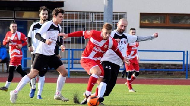 Fotbalisté třetiligového Uherského Brodu (v bílých dresech) podlehli diviznímu Vsetínu 3:5.