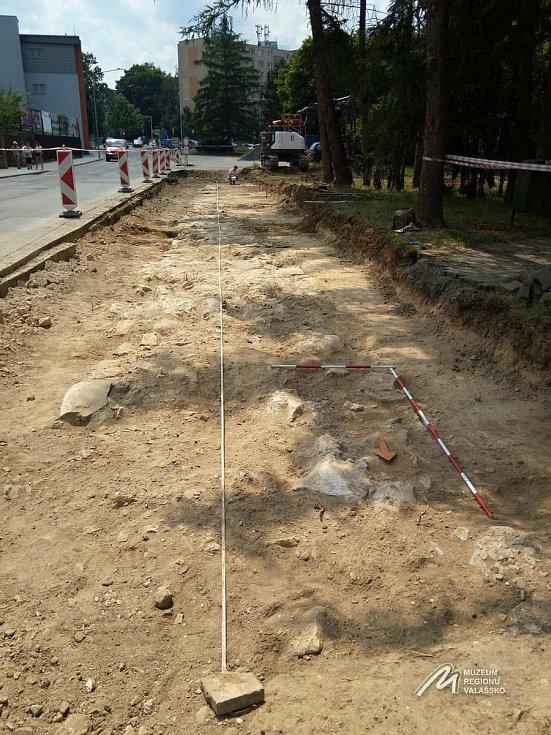 Základ hradby, který objevili dělníci při stavbě chodníku v ulici Žerotínova ve Valašském Meziříčí.