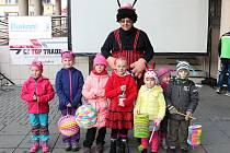 Děti s krovkami, tykadly a lampiony vyrazily v pátek 7. října na pochod Broučků. Diakonie připravila už 12. ročník průvodu.