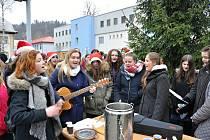Studenti Střední zdravotnické školy a vyšší odborné školy zdravotnické zpívají společně koledy v areálu Vsetínské nemocnice; čtvrtek 21. prosince 2017