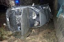 Mladý řidič příliš šlapal na plyn, zdemoloval Octaviu za milion