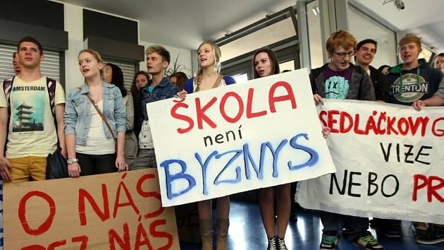 Demonstrace vsetínských studentů na zastupitelstvu Zlínského kraje.