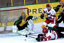 Hokejisté Vsetína (v tmaších dresech) v tomto prvním domácím utkání sezony s Prostějovem prohráli 5:6. Mají tedy Jestřábům co oplácet.