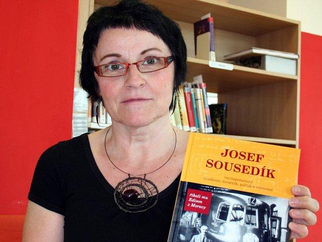 Knihovnice Hana Malá z Masarykovy veřejné knihovny ve Vsetíně s publikací o vsetínském vynálezci, továrníkovi, politikovi a vlastenci Josefu Sousedíkovi.