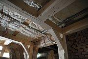 Obnova dřevěných prvků interiéru národní památky Libušín na Pustevnách; květen 2019