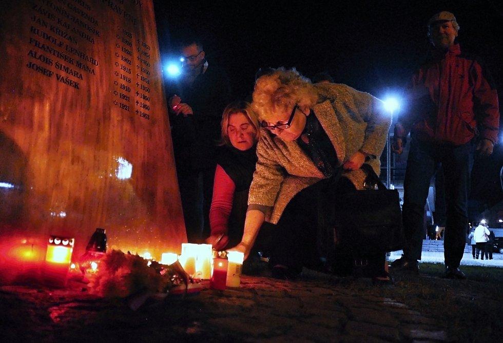 Pamětnice listopadových událostí roku 1989 ve Vsetíně Eva Žárská (v popředí) pokládá v neděli 17. listopadu 2019 svíčku u památníku obětem totalitních režimů v Panské zahradě ve Vsetíně.