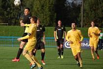 Fotbalisté Velkých Karlovic+Karolinky (žluté dresy) remízovali v tomto utkání v Dolním Benešově.
