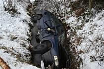 Mladá řidička z Rožnovska jela na zledovatělé silnici příliš rychle. Ve Valašské Bystřici po smyku havarovala do potoka; neděle 18. prosince 2016