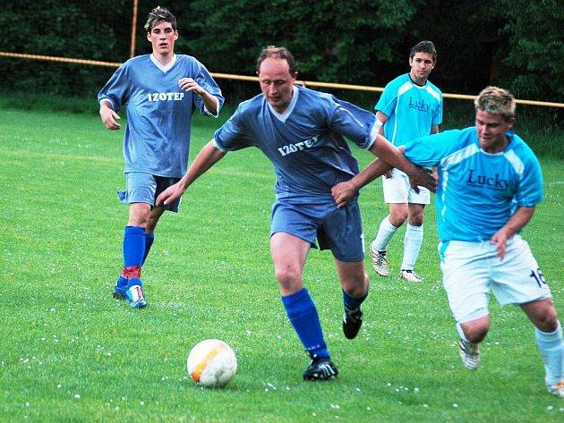 Fotbalisté Choryně porazili v dohrávce Prostřední Bečvu (světlé trenýrky) 2:1, v sobotu Zašovou 3:0 a boj o záchranu ještě nevzdali.