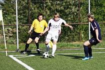 Fotbalisté Valašského Meziříčí (v bílém Neuberger) v dalším kole divize E doma podlehli Orlové 0:1. Foto: Lucie Kostková