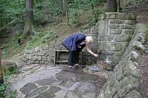 Studánka z roku 1947 nabízí kvalitní vodu vhodnou i pro děti