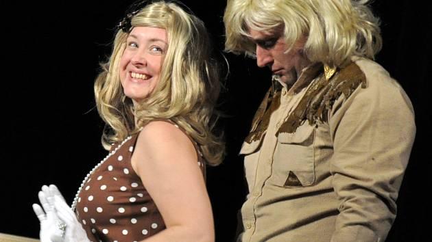 Herci vsetínského Divadla sehráli v Lidovém domě premiéru hry Jiřího Brdečky Limonádový Joe.
