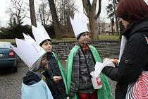 Koledníci převlečení za Tři krále v pátek dostali požehnání v kostele. Kromě kasiček obdrželi dobrovolníci také křídy.
