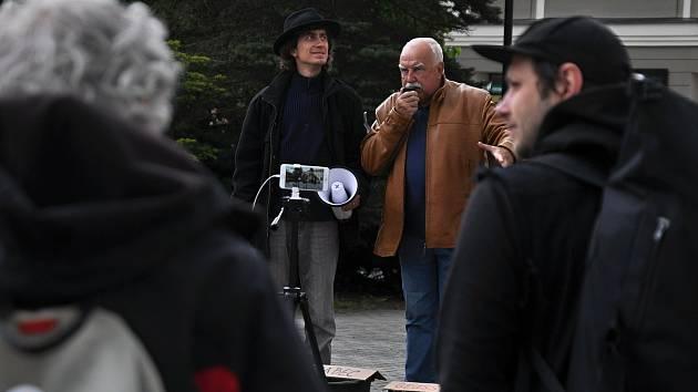 Na náměstí ve Valašském Meziříčí se v neděli 23. května 2021 uskutečnila další demonstrace ze řeku Bečvu bez jedů. Na snímku hlavní organizátor Jan Husák (vlevo v klobouku) a Stanislav Pernický z rybářského svazu (s mikrofonem)