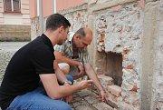 Jan Anlauf (v popředí) a Petr Zajíc zkoumají výklenek objevený v zámku Žerotínů ve Valašském Meziříčí.