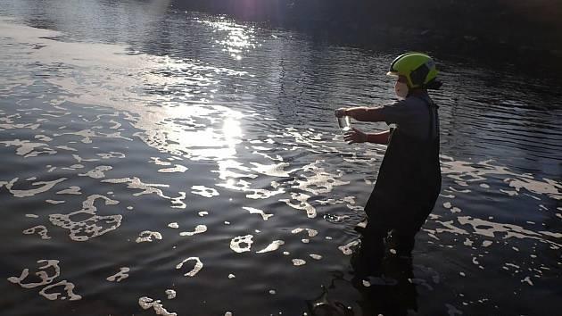 Hasiči zasahují v úterý 24. listopadu 2020 ve valašskomeziříčské městské části Juřinka, kde do řeky Bečvy unikla neznámá látka.