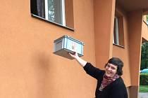 Urnu zvedla k oknu členka volební komise Zuzana Kopecká.