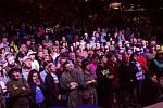 Diváci sledují večerní galaprogram 21. ročníku country festivalu Starý dobrý western na scéně Letní kino v Bystřičce na Vsetínsku; sobota 3. srpna 2019