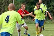 Fotbalisté Kelče (žluté dresy) v premiéře v krajském přeboru prohráli s Bystřicí pod Hostýnem 0:2.