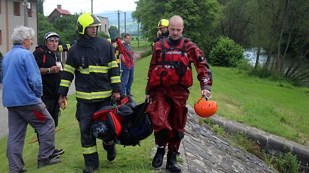 Hovězský splav na 28 km řeky Bečvy 23. června 2020 v 11.30. Zhruba 19 hodin předtím tu utonuli dva vodáci, které vtáhl proud pod splav. Lodní vak vytáhli hasiči druhý den před polednem.