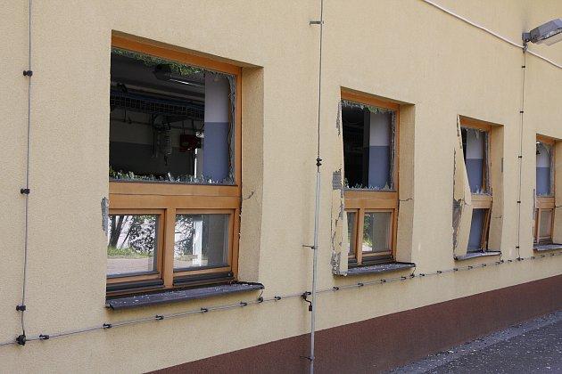 Výbuchem poničená budova v areálu společnosti Kayaku Safety Systems Europe v Jablůnce na Vsetínsku. K výbuchu v objektu, kde se zpracovávají pyropatrony do airbagů, došlo v pondělí 2. července 2018 přibližně v devět hodin ráno.