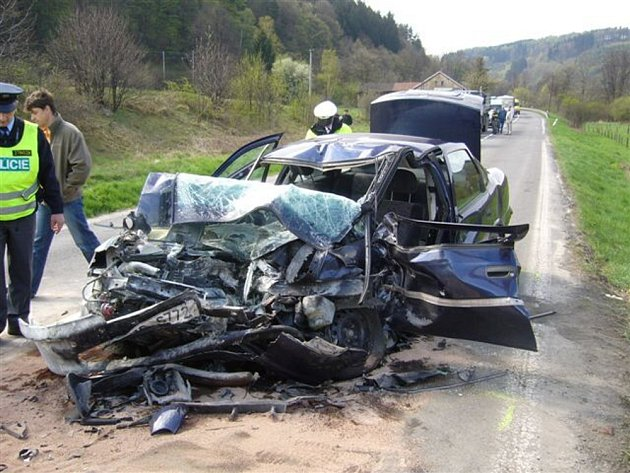 Po srážce s kamionem zemřela řidička osobního vozu