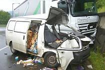 Tragická dopravní nehoda ve Vsetíně, řidič dodávky nepřežil těžký střet s kamionem.